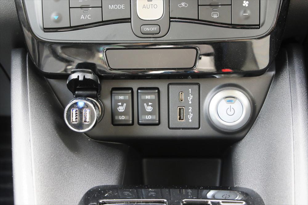 シフトレバーの前方には、2種類のUSBソケットやシートヒータースイッチが設置されている
