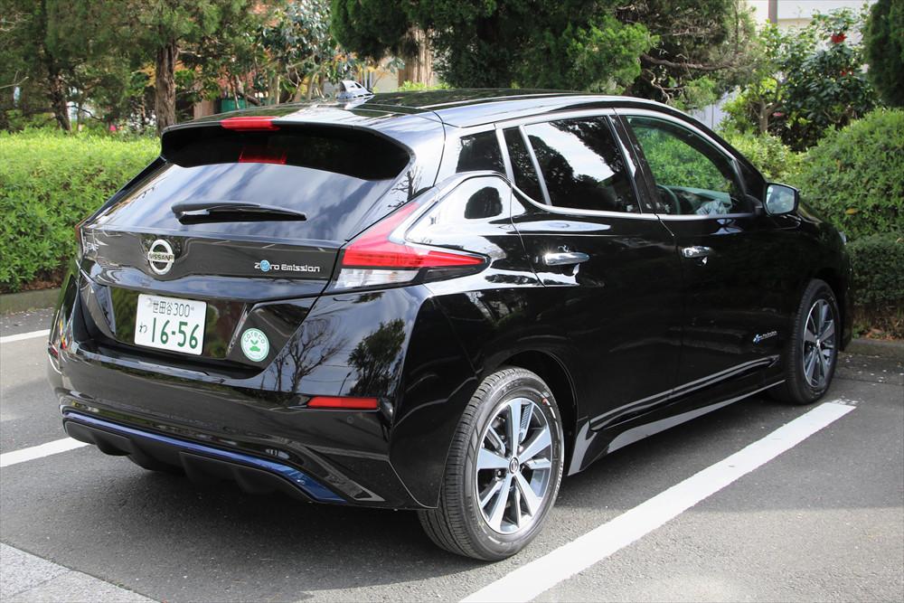 マフラーが存在しないリアデザイン、EVモデルならでは。「Zero Emission」のエンブレムもつく