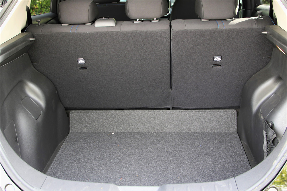 後席を使用した状態でもゴルフバッグを2セット横置きで載せられる広さ
