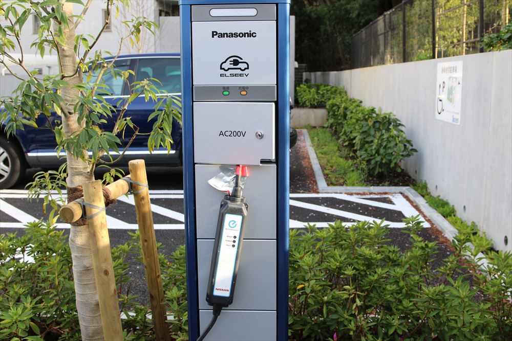 充電ケーブルのもう片方のプラグは、駐車場脇に設置された充電器から外す