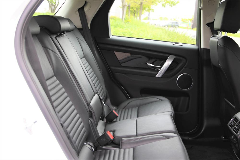 2列目の空間は、頭上も足元も広々。シートのサイズも大きくしっかりと座れるため、長距離でも快適