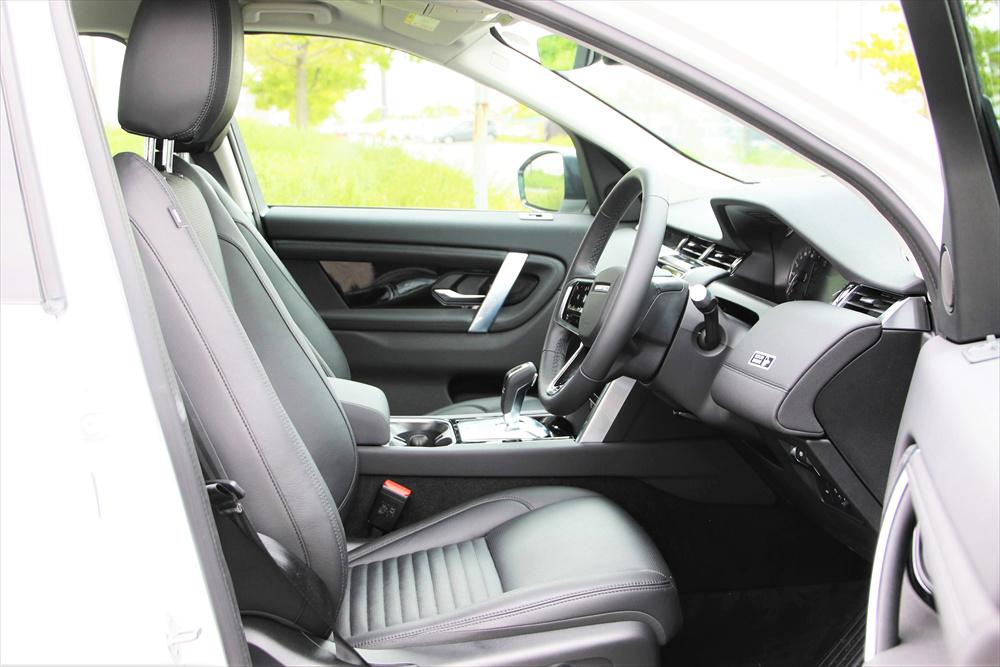 シート調整は便利な電動式。疲れにくいシートはランドローバー伝統。柔らかいレザーで座り心地もよい