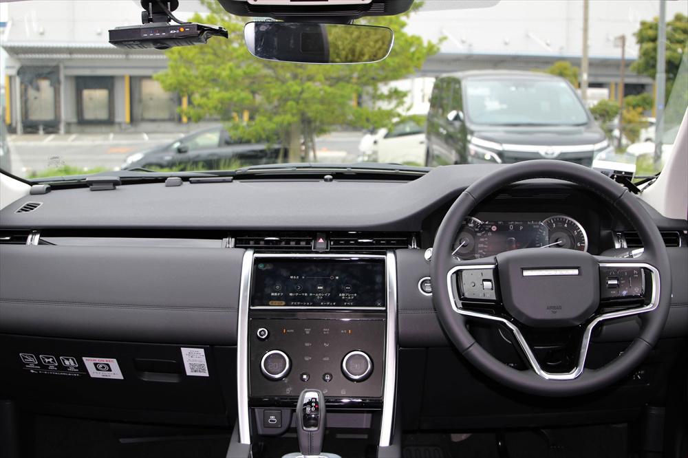 スッキリしたインストルメントパネル。ハンドルにはオーディオや運転支援機能を操作するスイッチが並ぶ
