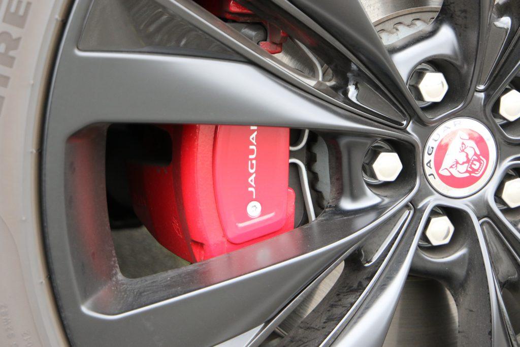 テールランプはサーキットの「シケイン」をイメージしたデザイン。SUVでもスポーティな雰囲気たっぷり
