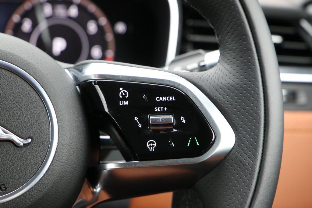 ACCなど先進安全機能はハンドル右手側のスイッチで操作する