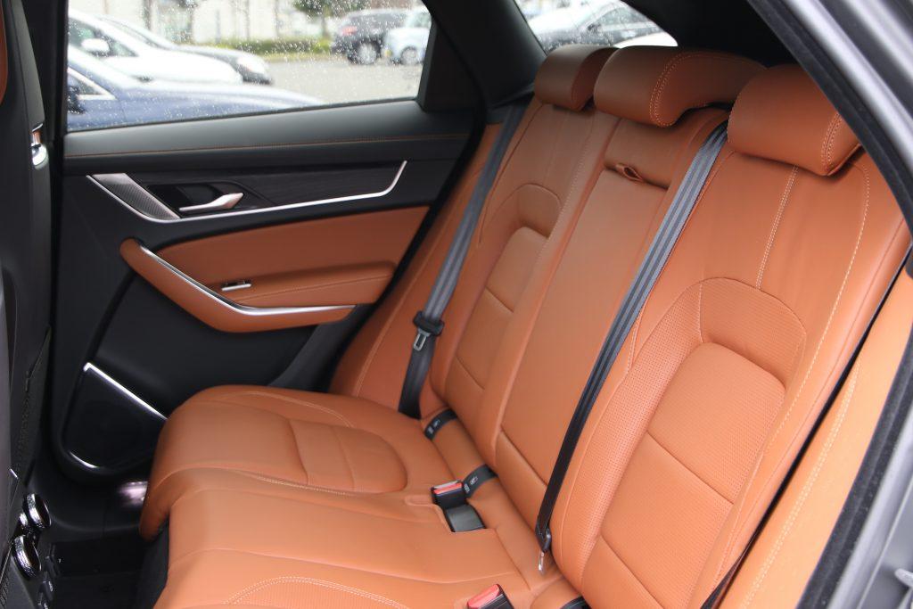後席は最大3人まで乗車可能。シートは柔らかく、長距離移動も快適。