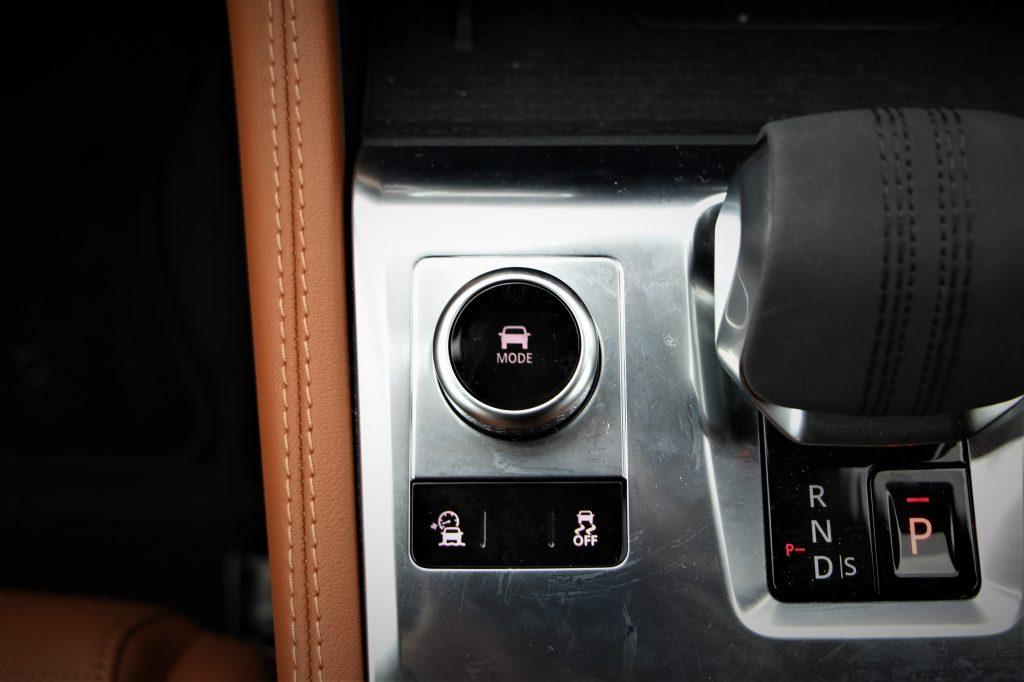 走行モードの変更は、シフトレバー左横のダイヤルを回してモードを選択してダイヤルを押す