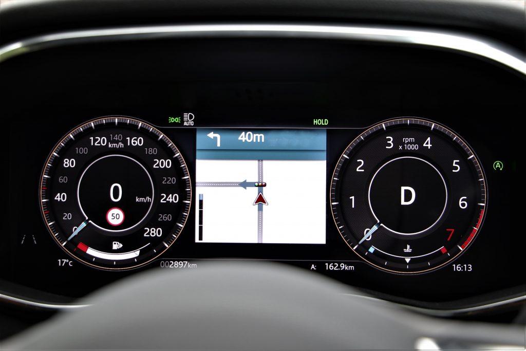 ドライブモードにより、全面液晶のデジタルメーターの表示も変わる