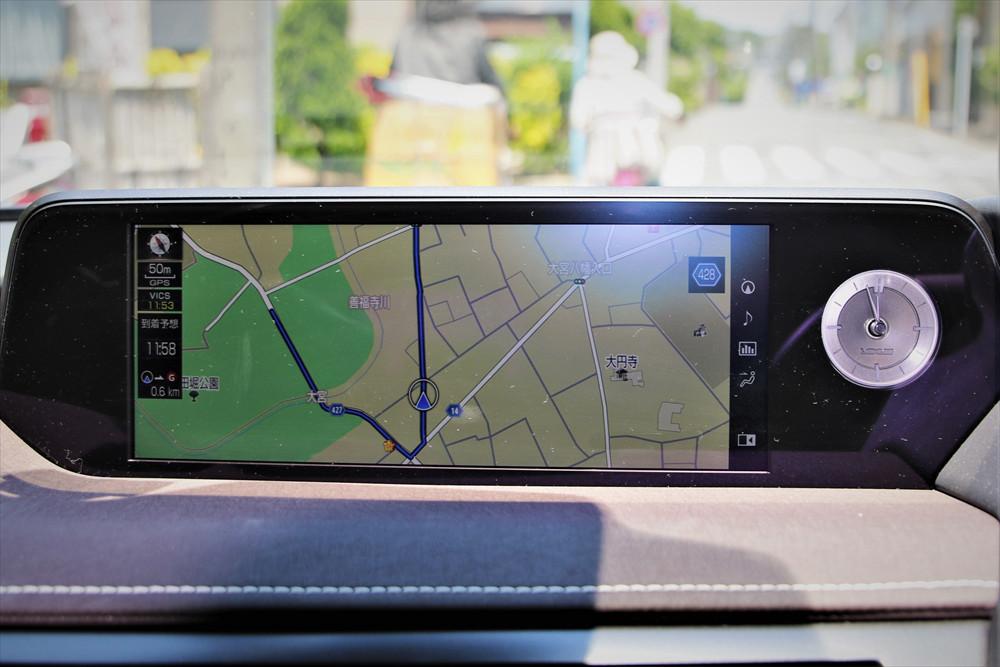 ナビ表示はシンプル。必要な情報のみ表示されるため運転に集中できる