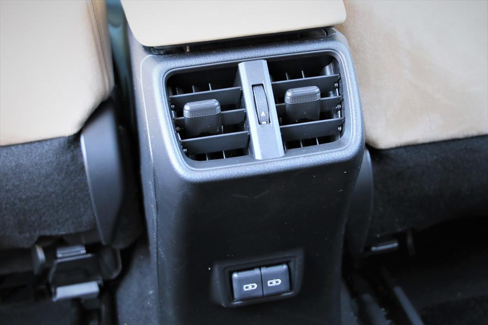 後席用の吹き出し口の下には、電源用にType-Cジャックが2つ設置されていて、スマホなどの電子機器を充電できる
