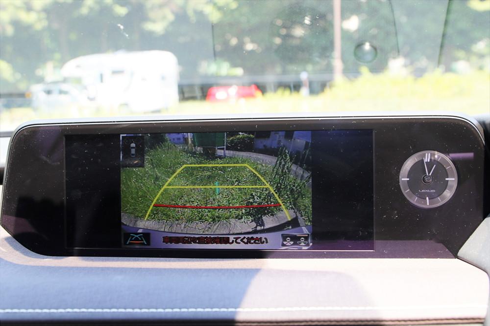 ガイドライン表示のあるバックモニターも装備されていて、駐車時の安心感も高い