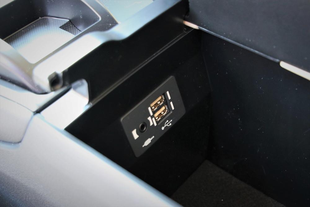 センターコンソールボックスの中にも充電用USBジャックも完備