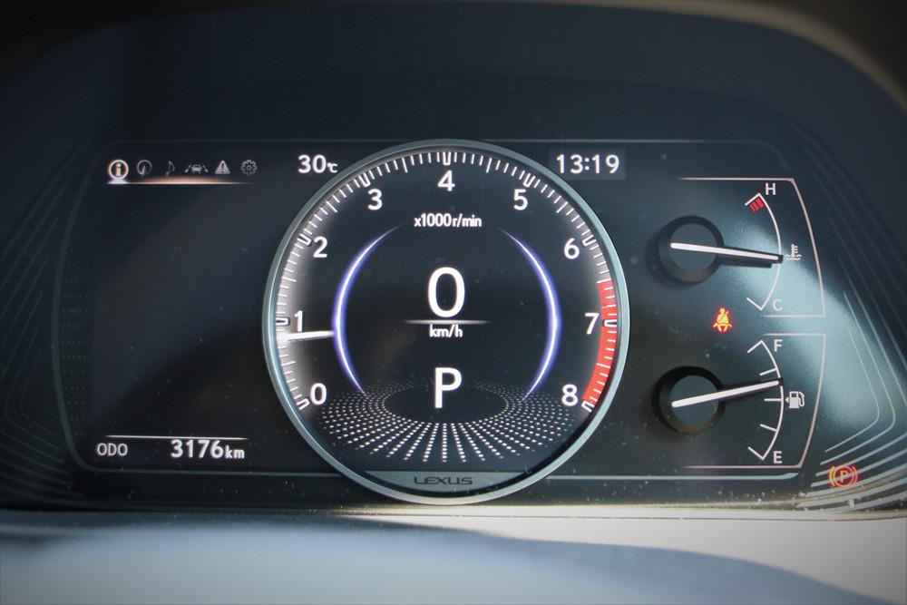 メーターは中央に大きく表示されるデジタルタイプ。運転支援機能の動作状況などもシンプルでわかりやすい