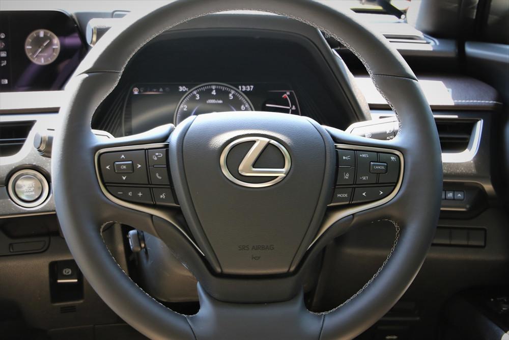 レーダークルーズコントロール(アダプティブ・クルーズ・コントロール)など、運転支援システムはハンドル右側のスイッチで操作する