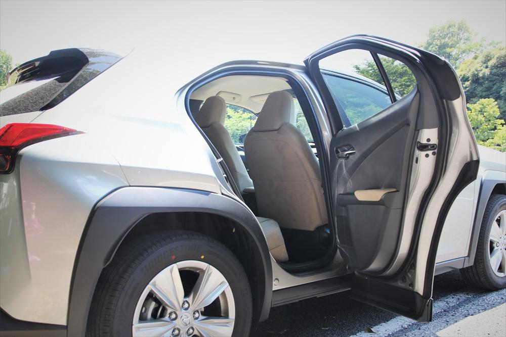 車高が高いモデルが多いSUVにあって、「UX」は車高が低めのため降車時の足つきがよく、乗り降りはスムーズ