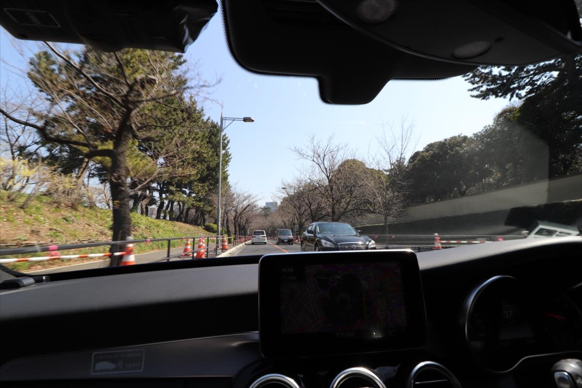 緑の中を走る代官町通りは、東京を離れて観光地にきたかのよう