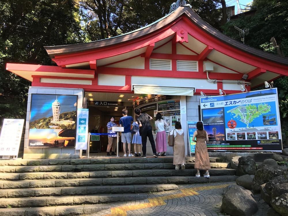 神社の社殿を思わせる「江の島エスカー」乗り場