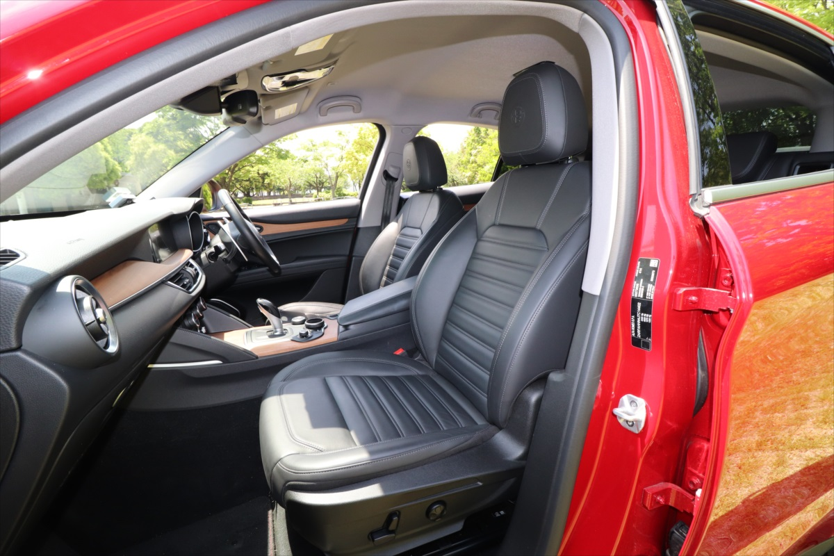 運転席・助手席のシートはともに電動調整式