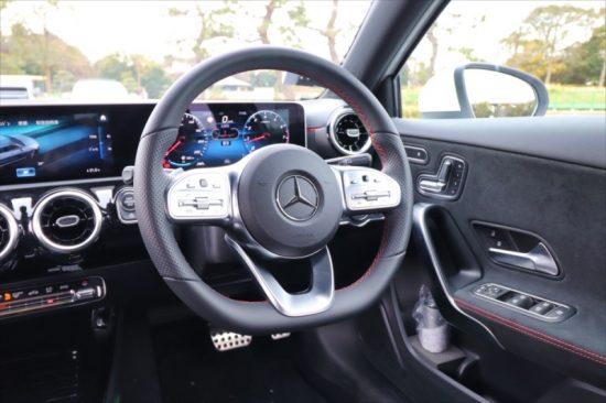 ハンドルの左はオーディオ関連、右はクルーズコントロールなどのスイッチが備わる。シートの操作はドアのボタンで行う電動式