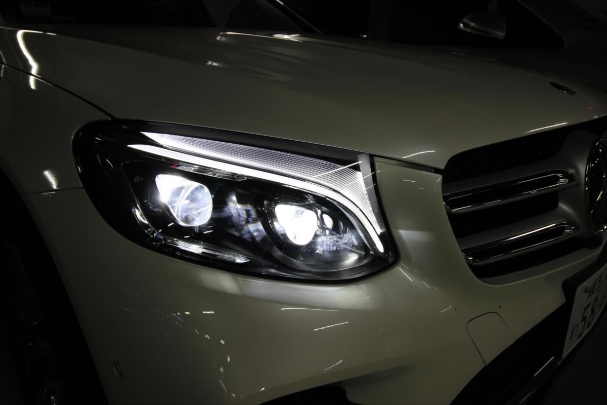 メルセデス・ベンツなど一部のクルマでは暗くなると自動点灯するオートライトが採用されている