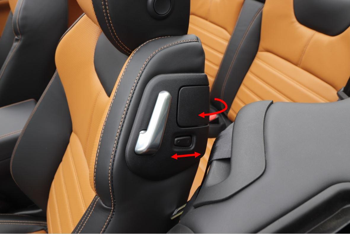 前の席のスライドスイッチで前方に動かし、レバーでシートを倒して後ろの席に乗り込む