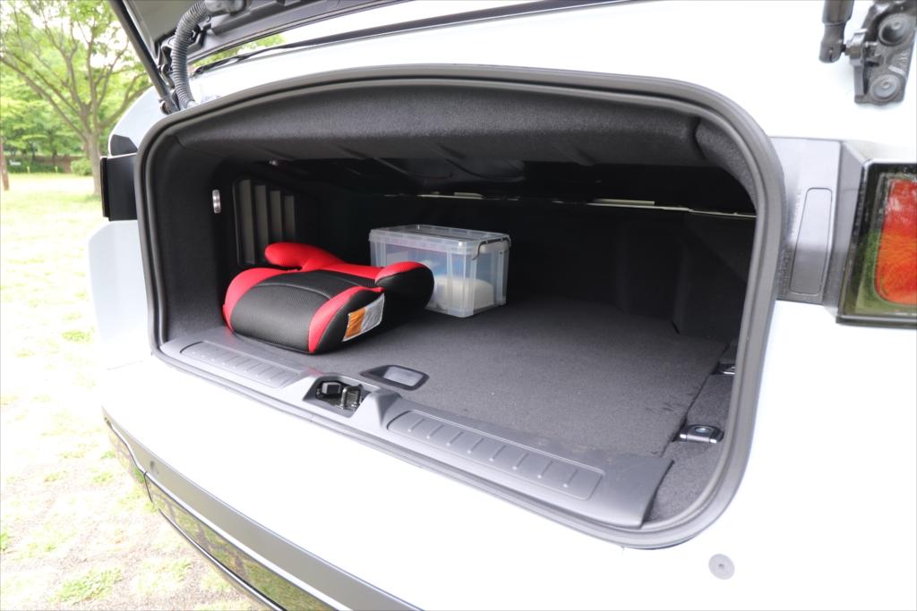 車体後部に屋根の収納スペースがあるため、荷室はあまり広くない