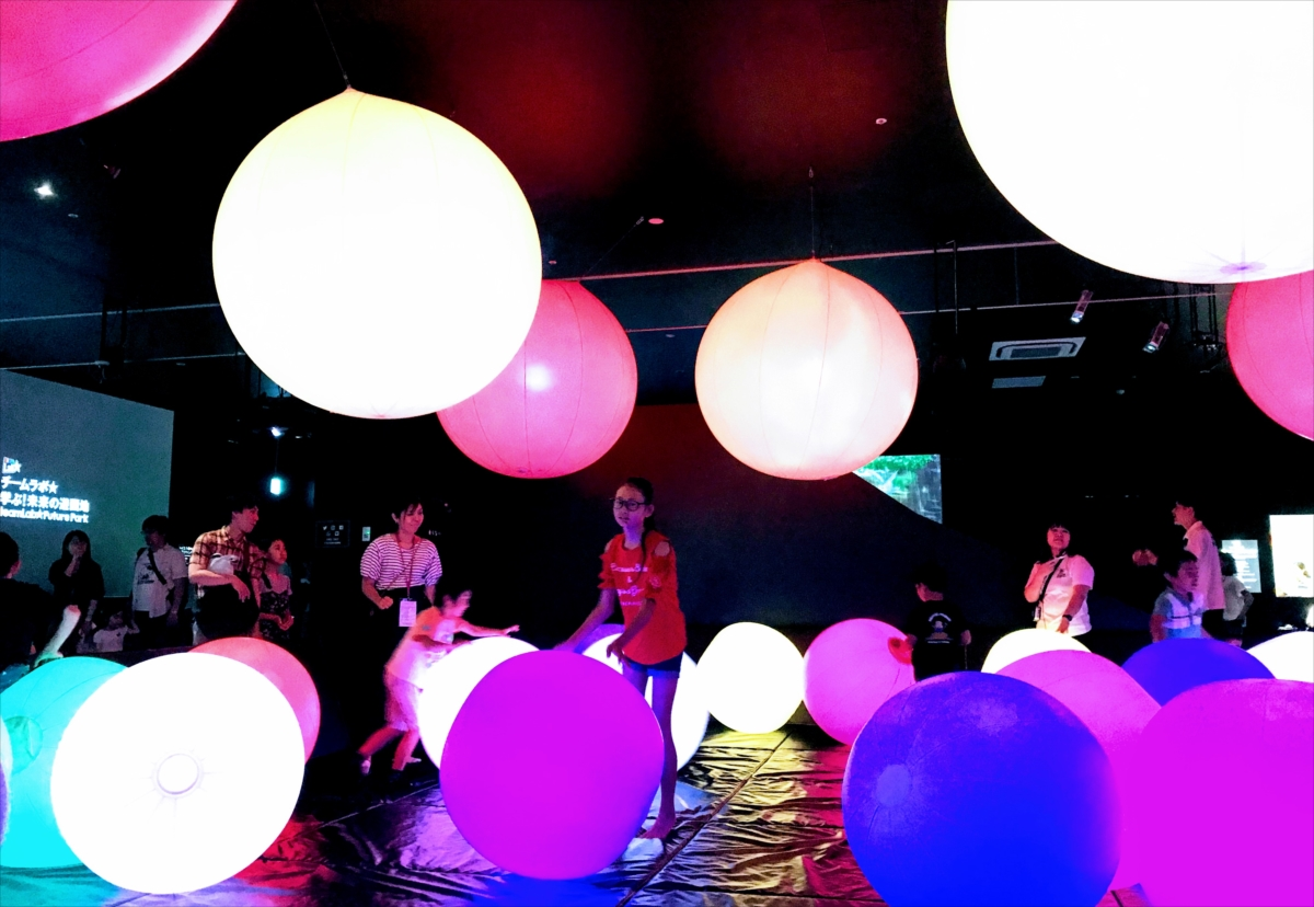 吊ってあるボールは触れると空間全体のボールの色が変化する