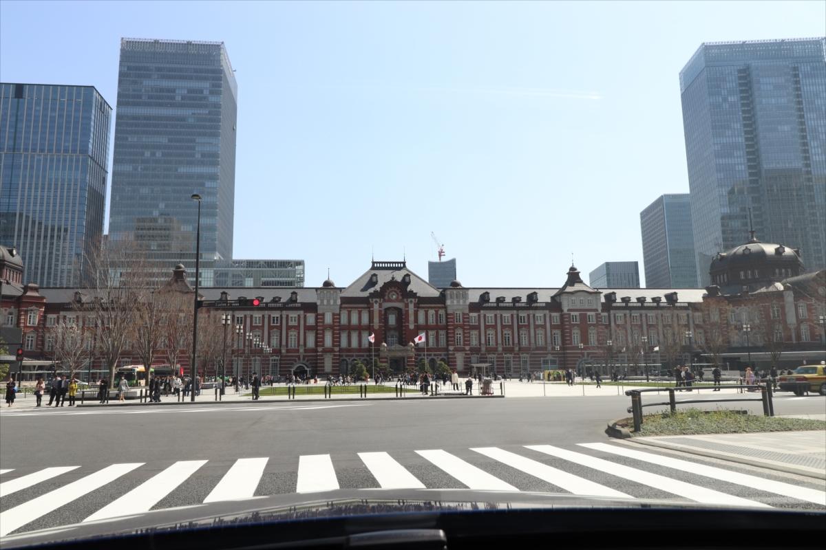 東京駅丸の内駅前広場は2017年12月にリニューアルされ、歴史ある駅舎を引き立てている
