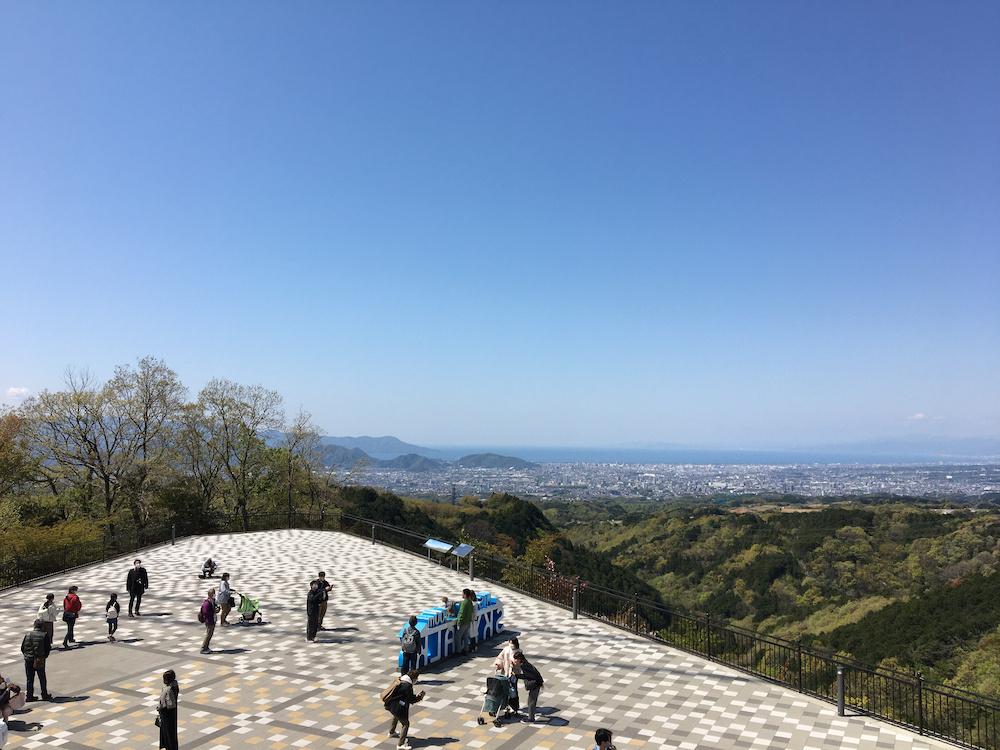 展望台からは三島市の絶景も見渡せる。記念撮影ができるフォトスポットとして人気