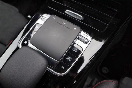 センターコンソールのタッチパッドでも各種操作が可能。前方の蓋を開ければスマートフォンを置くだけ充電できるワイヤレスチャージングが現れる