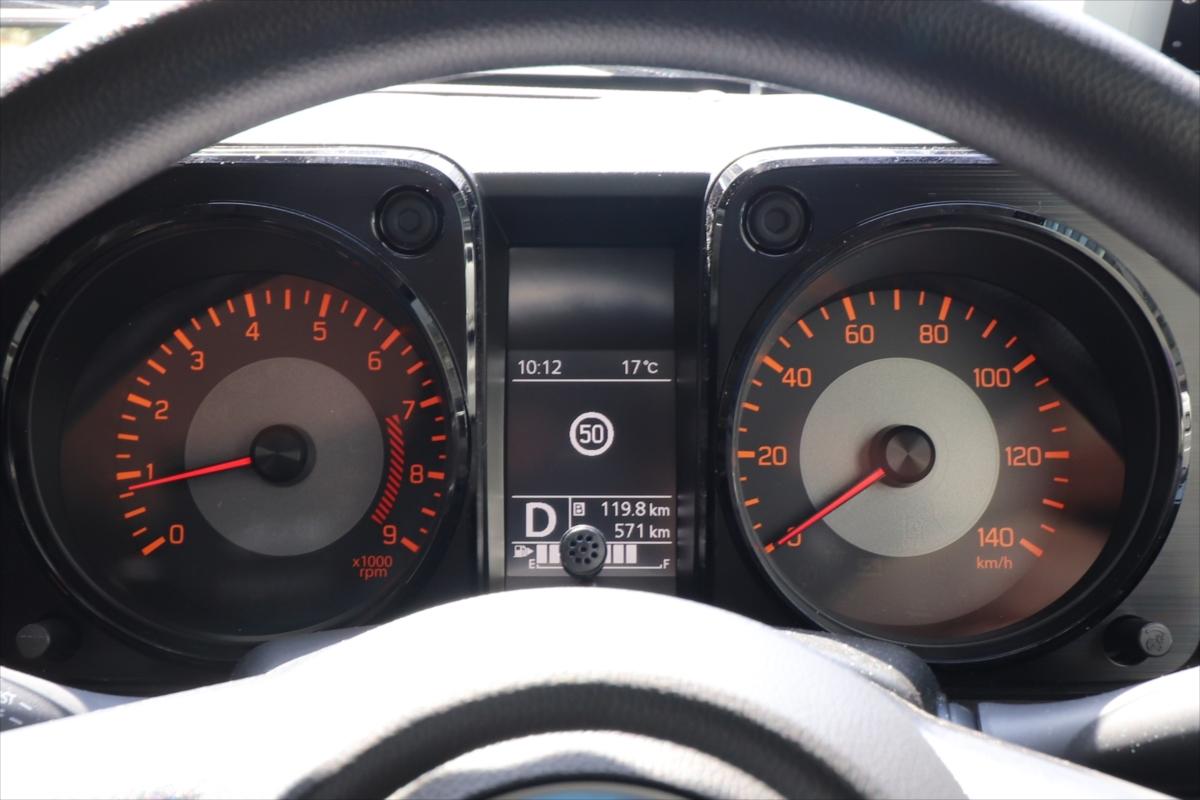 メーター中央には燃費などの情報の他、標識を読み取って表示してくれる機能も