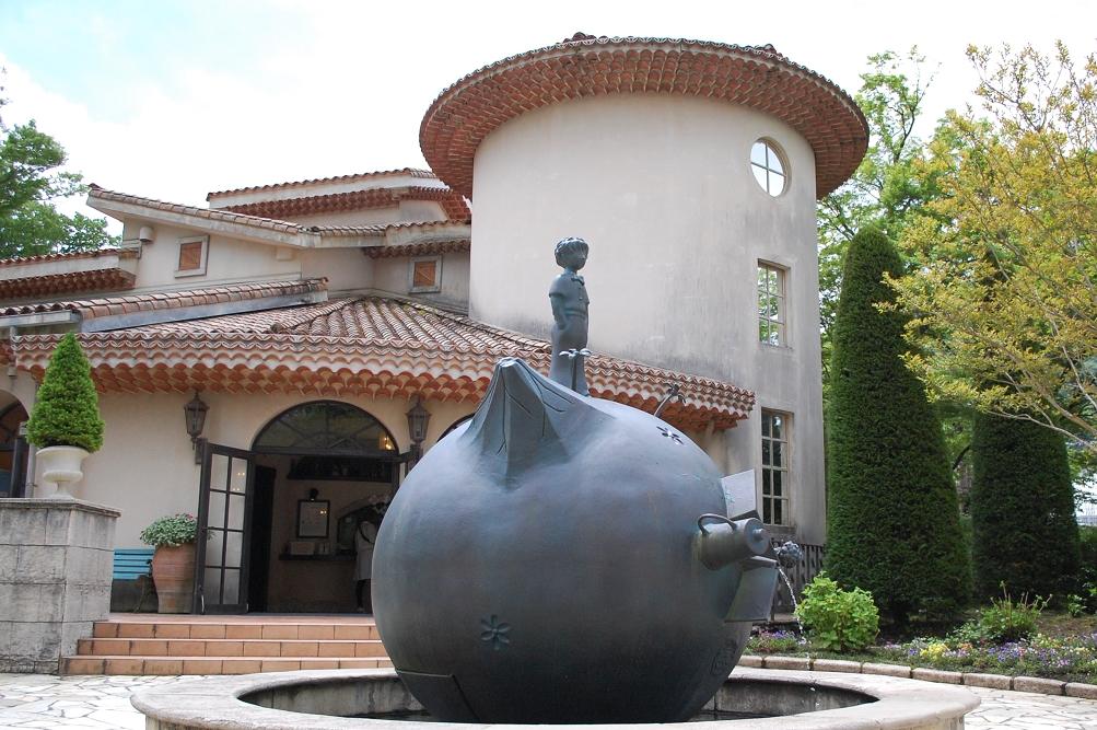 チケット売り場前の広場にある球形のオブジェは、王子さまの故郷である小惑星「B612」