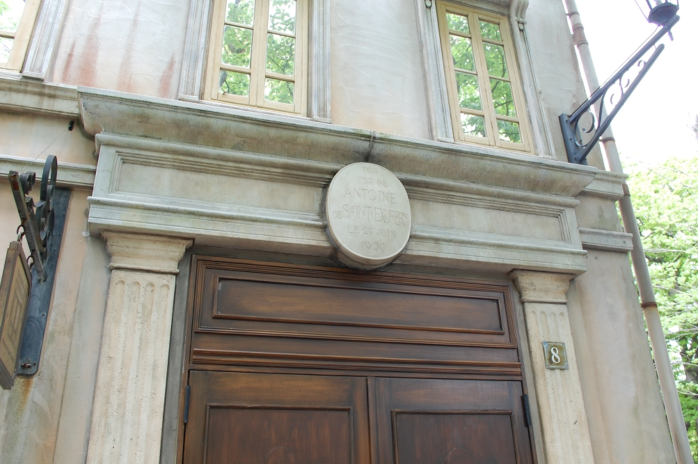 「王さま通り」の最後にあるこの建物は、サン=テグジュペリが生まれたリヨンの生家のアパルトマンを再現