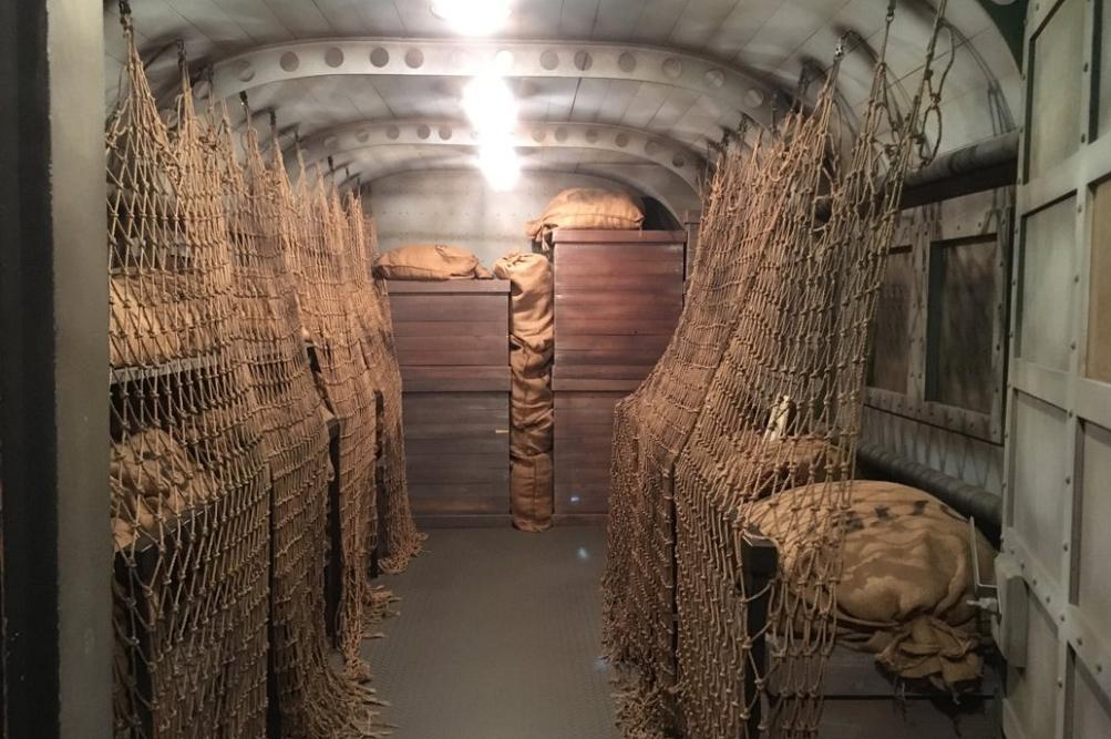 郵便物を満載した輸送機の機内。「エールフランス」の前身とされる「アエロポスタル」でサン=テグジュペリは路線飛行機の操縦士として日々、郵便物を運んだ