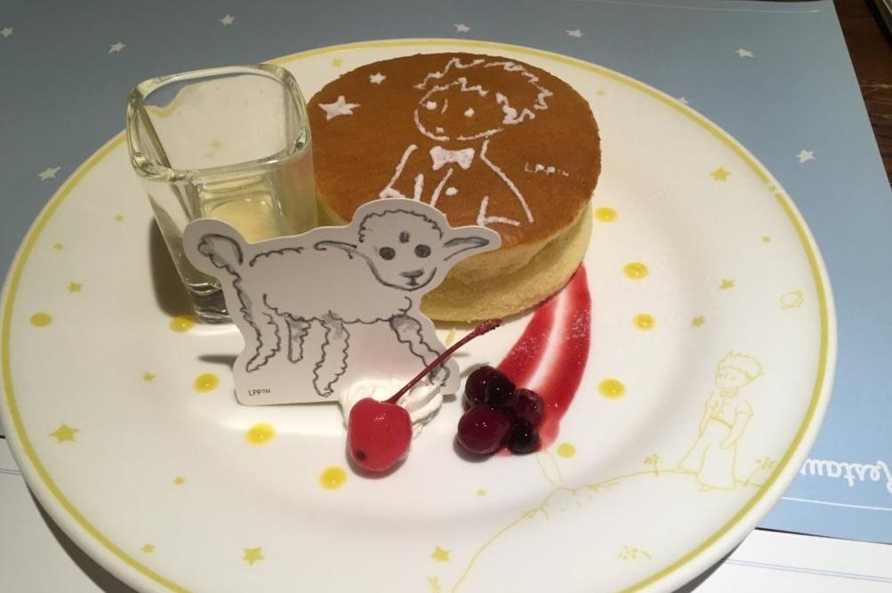パンケーキ上に描かれる王子さまは、事前の予約で変更が可能。誕生日にあわせて、オリジナルメッセージを入れることもできる