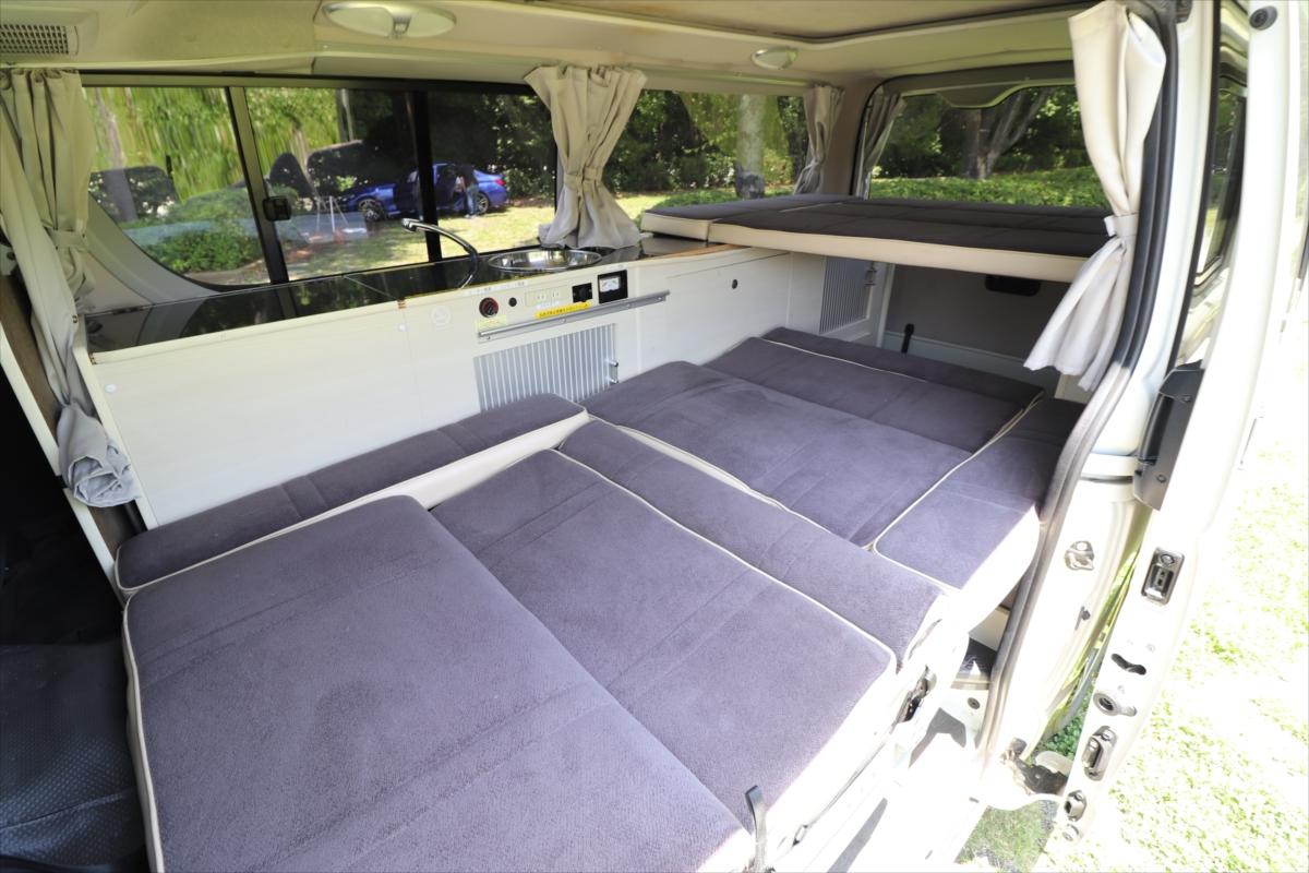フラットシートには大人1~2名が寝られる。後部に見えるのが中段ベッドスペース