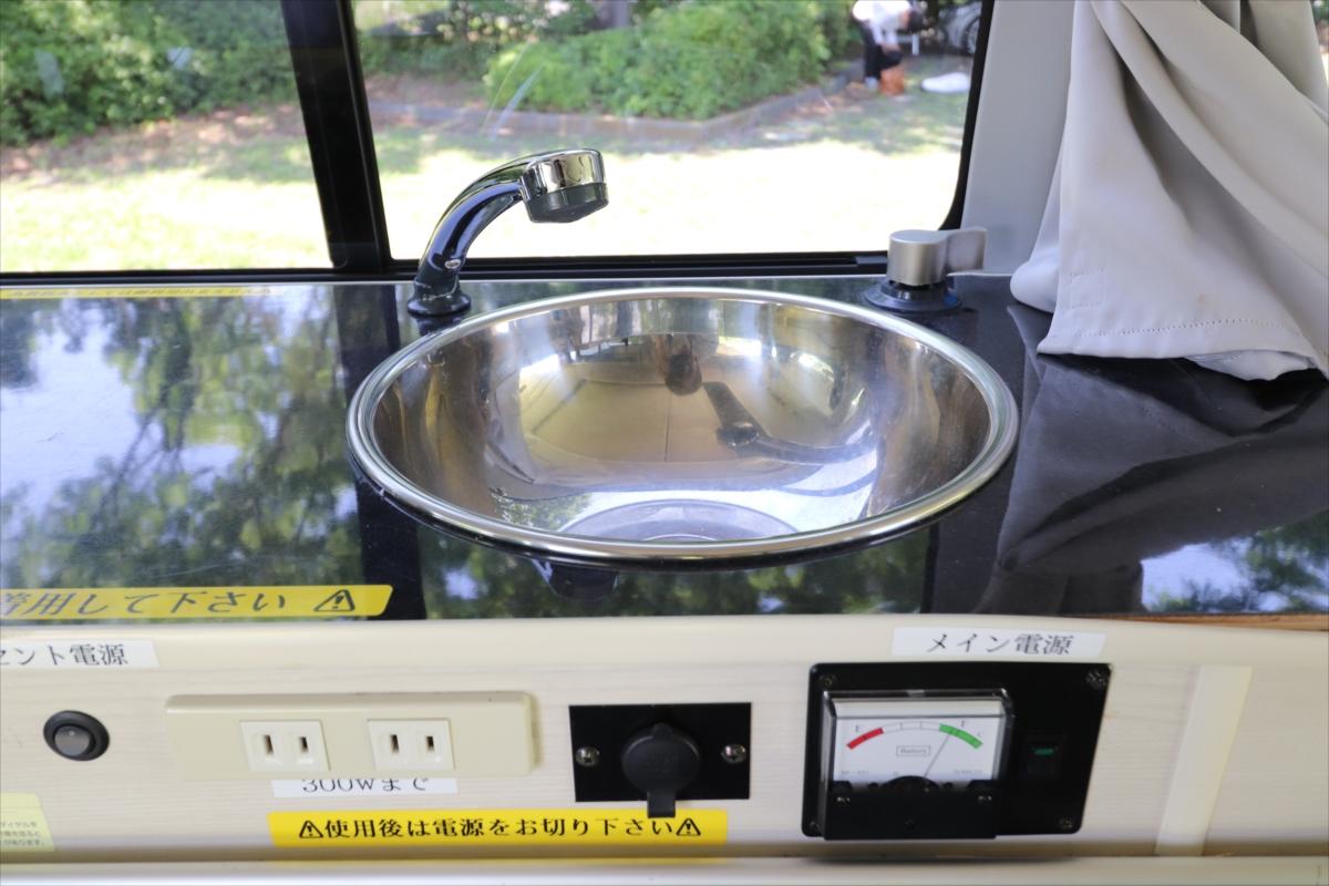 シンクは下に給水タンクがあり、タンクに水を入れて使用する
