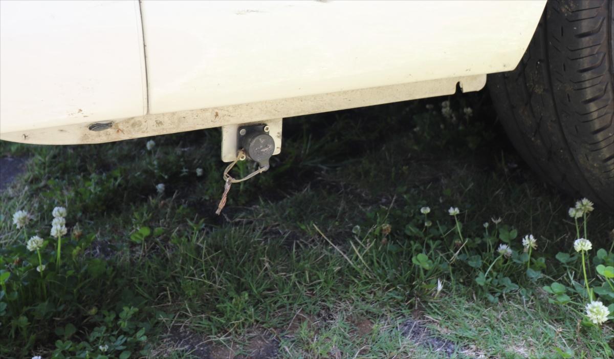 外部電源の接続口は車体の外。右後輪のうしろにある