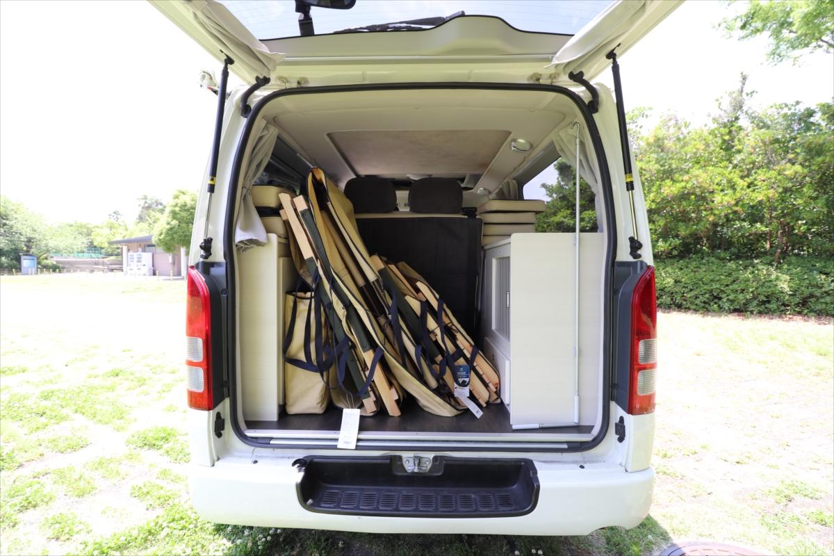 アウトドアチェアとテーブルは荷室に収納されている