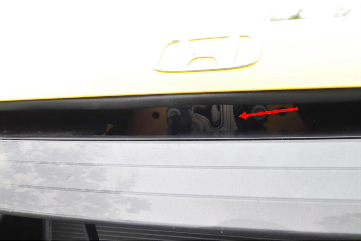 レバーを引くとボンネットに隙間が開くので、中にあるレバーでロックを解除して開ける