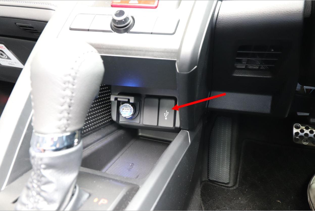 USBの差込口はシフトレバーの奥にある(ケーブルはご自身でご用意ください)