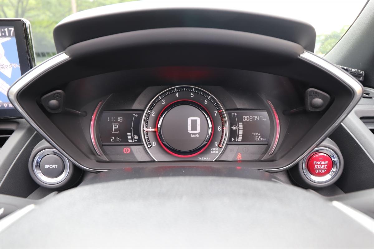 SPORTSボタンを押すとメーターが赤く光り、燃費計がブースト計に変化する