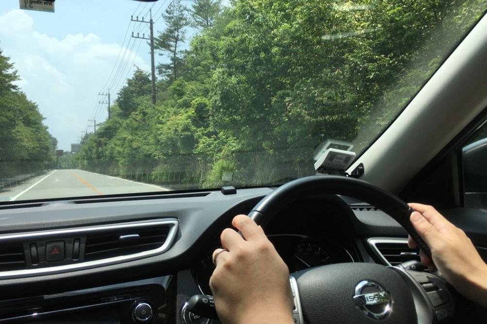 緑豊かな青木ヶ原内を通る国道139号。カーブも穏やかで、とても気持ちよく走行できる