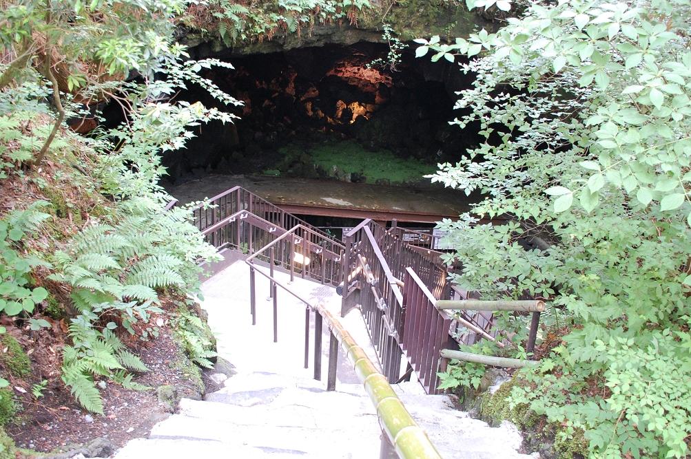 「鳴沢氷穴」入り口。奥に見える踊り場で、かつてダンスパーティなどが行われた