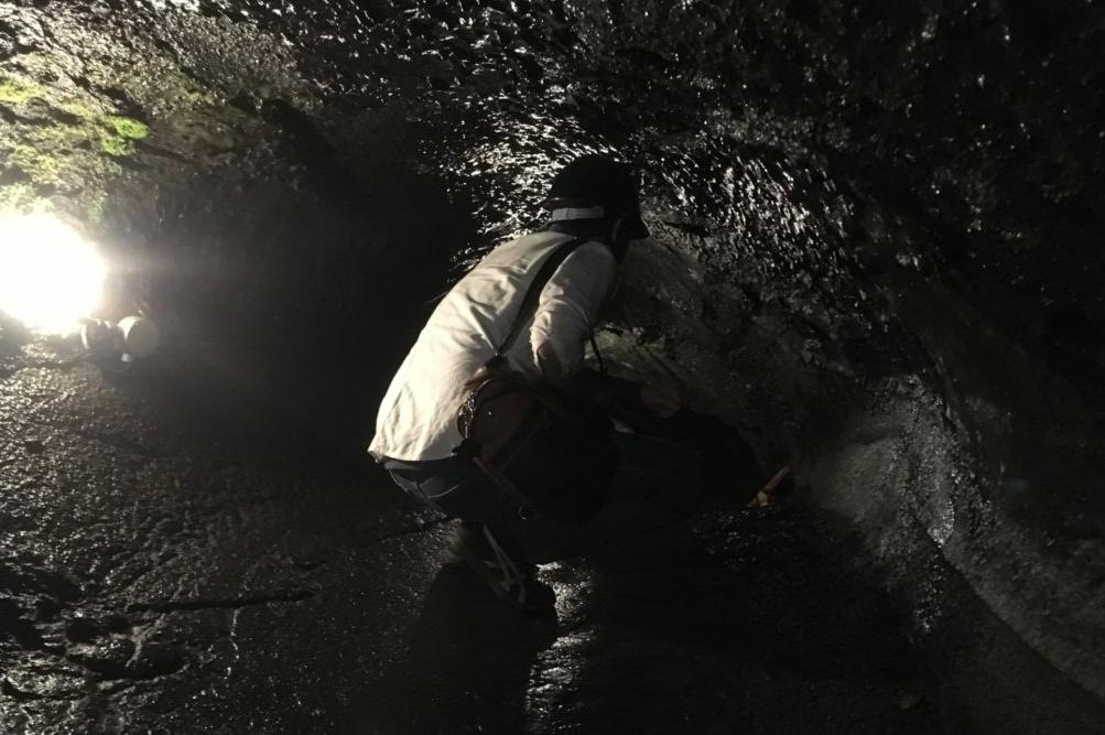 狭い通路を深く屈んだ状態で歩く必要がある「富岳風穴」がきついと感じた人は入場を避けよう