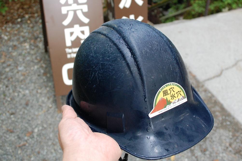 無数についているヘルメットの傷が、どれほど頭を打ちやすいかを物語っている