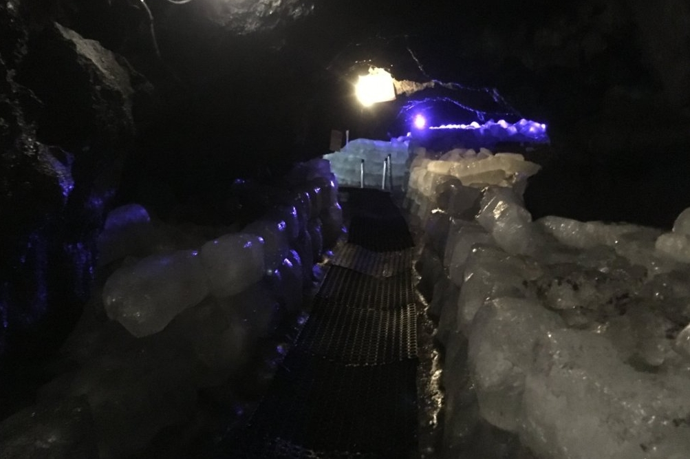 切り出された氷は少し溶けていた。現在は天然氷の販売はされておらず、観光用に積まれている