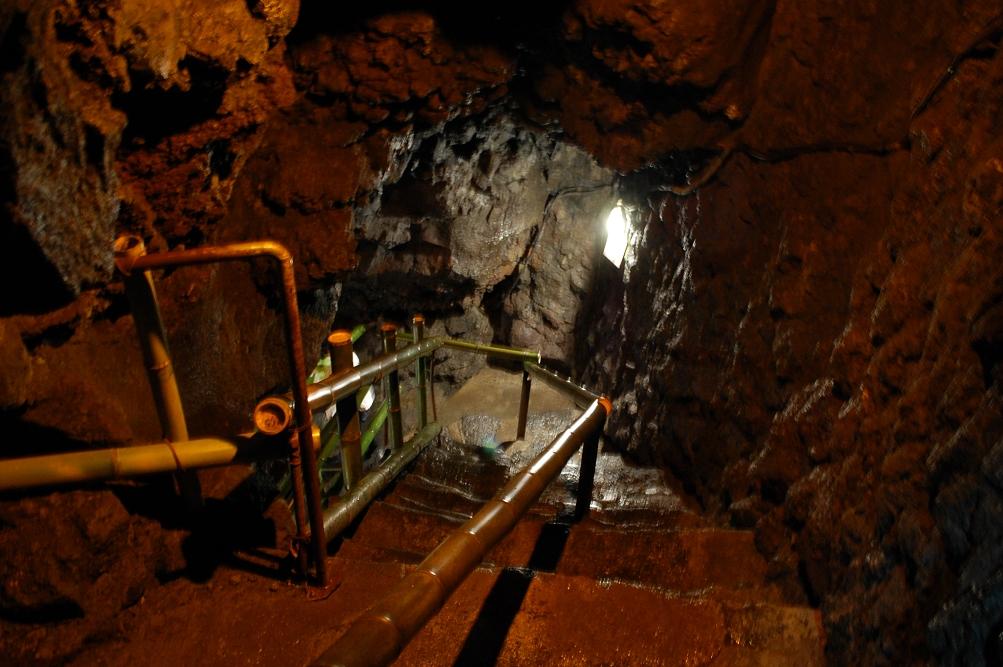 「鳴沢氷穴」内も岩壁は玄武岩質のため、音や声は響かない