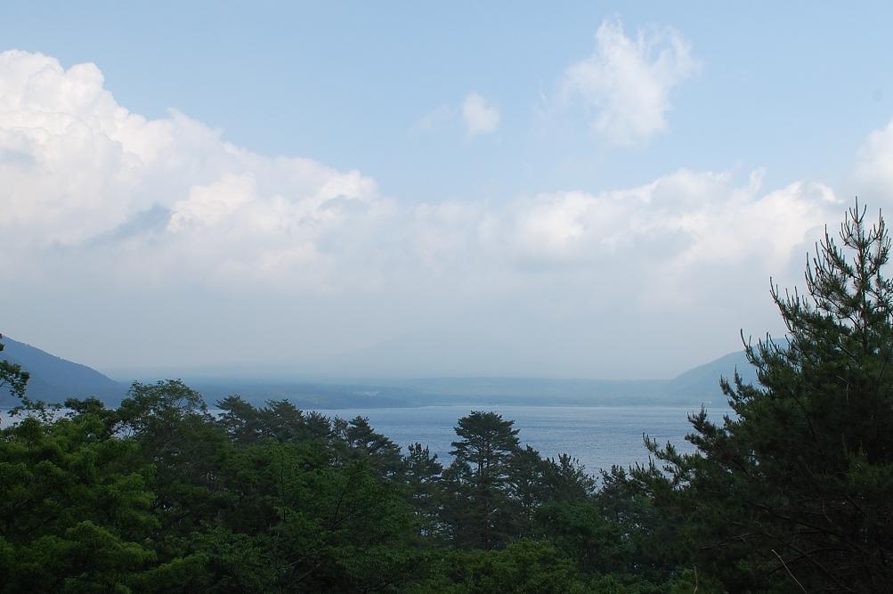 1,000円札の裏に描かれている「逆さ富士」は本栖湖を写したもの。残念ながらこの日は曇っていて、富士山と本栖湖に映る逆さ富士を見ることはできなかった