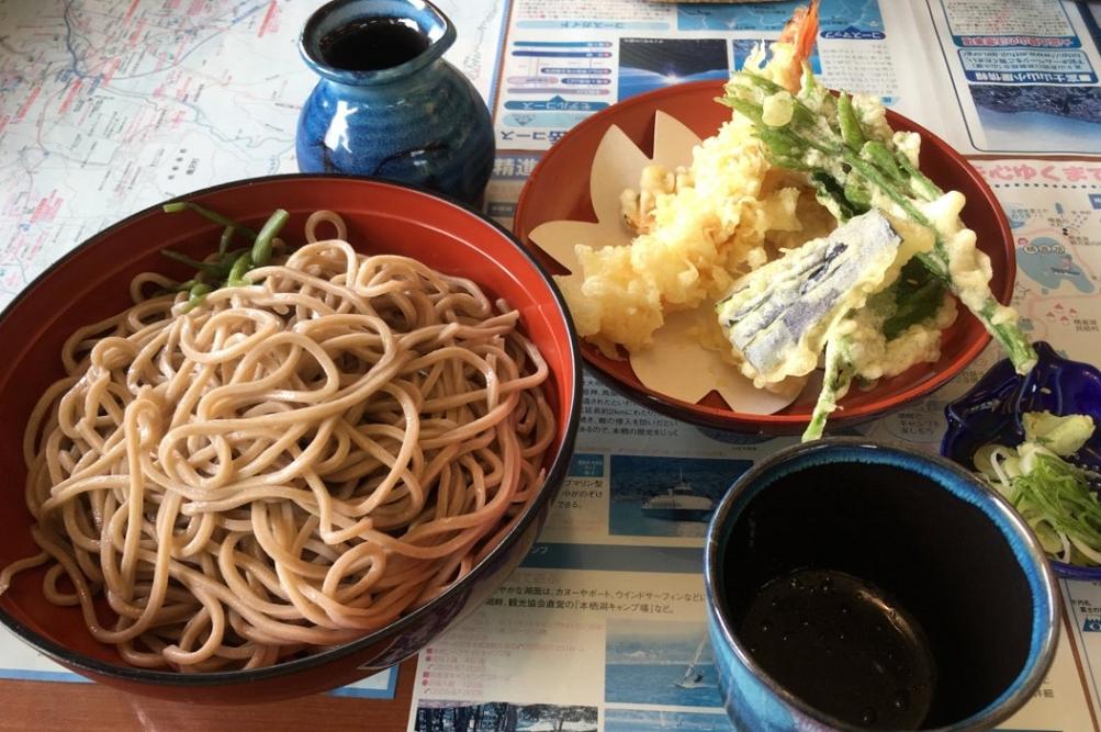 この日の天ぷらには、山菜の女王と呼ばれるコシアブラが盛られていた